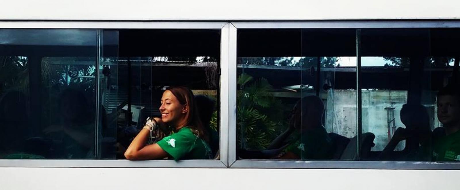 Voluntaria viajando en un minibús.
